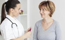 Женщина на приеме у врача по поводу менопаузы