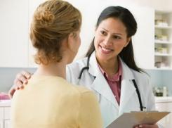 Женщине предлагает врач пройти физиотерапию