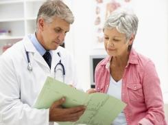 Пожилая женщина у гинеколога с жалобами на опущение
